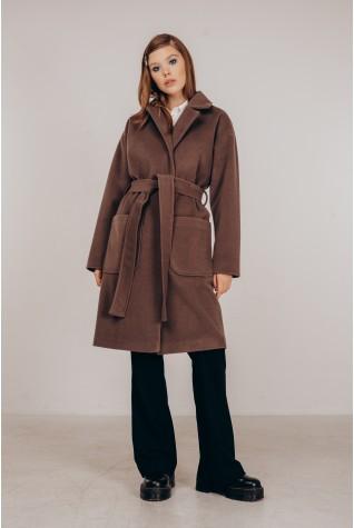 Пальто в цвете мокко со спущенным плечом под пояс.