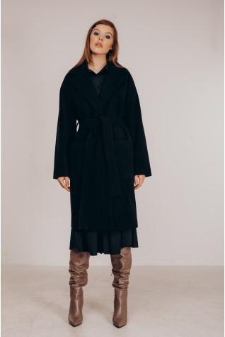 Пальто в чёрном цвете со спущенным плечом под пояс.