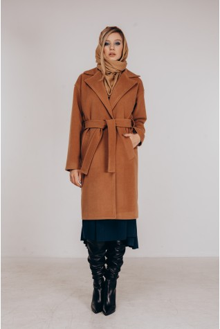 Пальто со спущенным плечом под пояс в цвете кэмел.