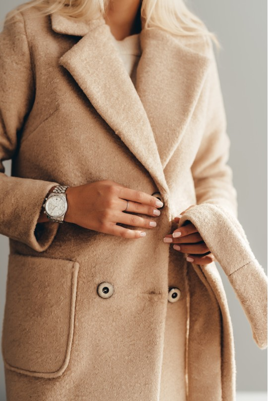 Длинное пальто из эко меха альпака бежевое с карманами демисезонное