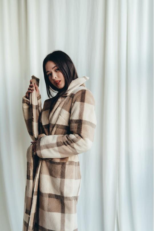 Пальто длинное из эко меха норка, клетка бежевое. Зима.