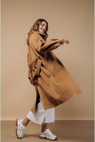 Пальто в рубашечном стиле в цвете кэмел.