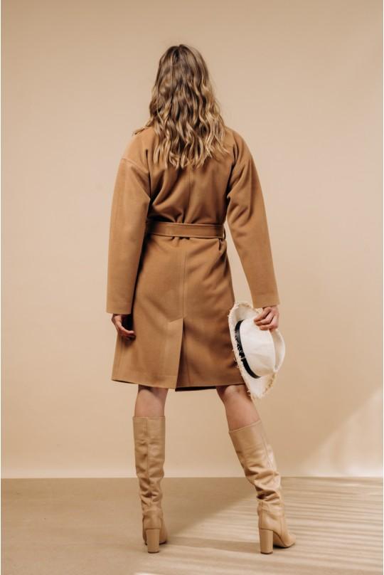 Пальто по колено, со спущенным рукавом в цвете кэмел.
