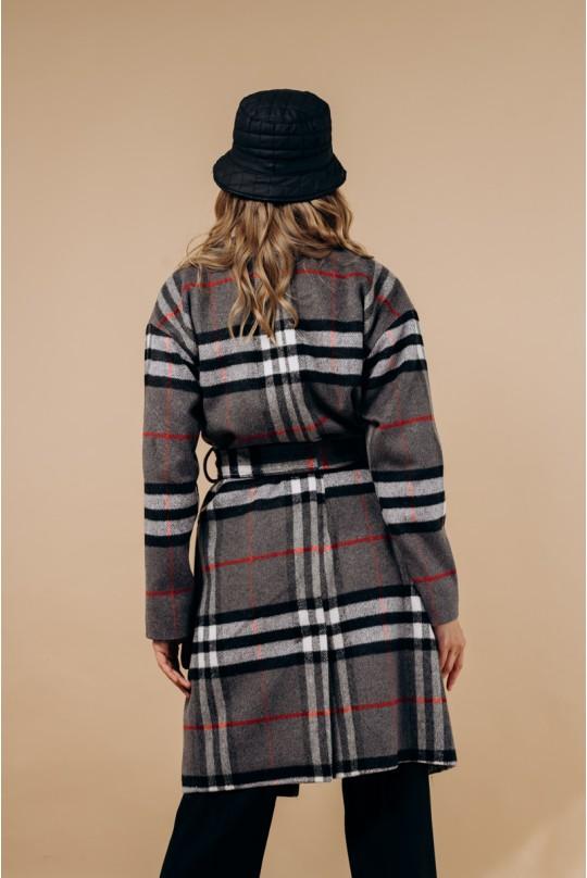 Пальто по колено, со спущенным рукавом в серую клетку.