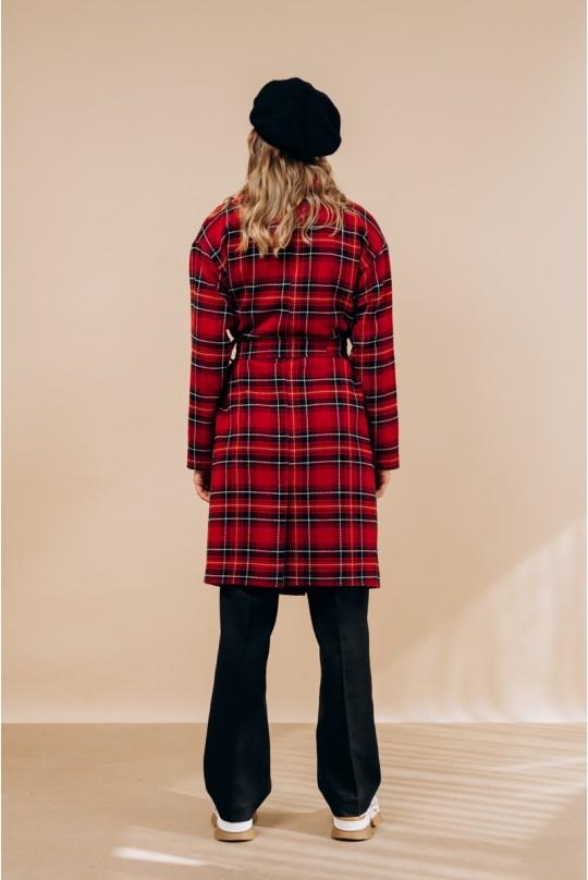 Пальто по колено, со спущенным рукавом в красную клетку.