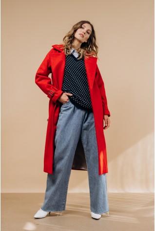 Пальто длинное с распорками по бокам в красном цвете.