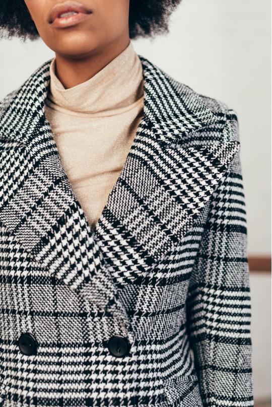Пальто двубортное до клена со шлицей карманы клапан клетка