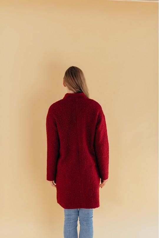Пальто из букле марсала со спущенным плечом на кнопках