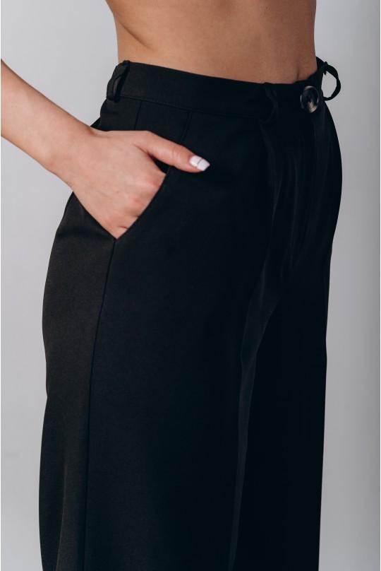 Классический костюм двойка. Белый с черным паттерном пиджак. Черные брюки.