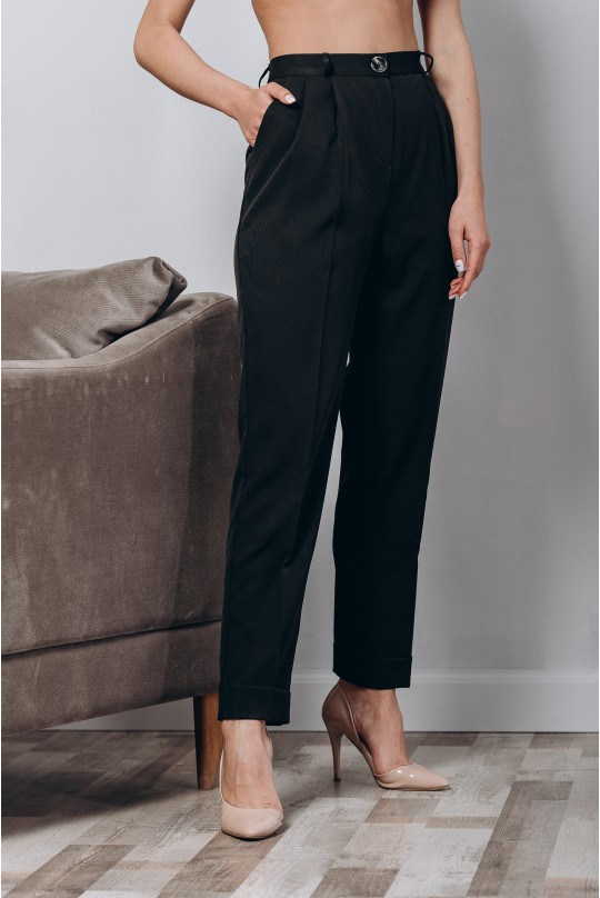 Классический костюм двойка. Жакет прямого кроя, белый в узкую черную полоску. Черные брюки.