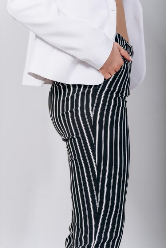 Классический костюм двойка. Белый пиджак. Черные в полоску брюки.